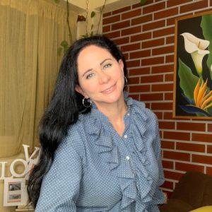 mujer sonriente con camisa azul celeste cabello suelto largo maria pilar pily modroño conferencista de make it happen