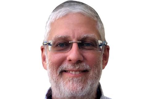 hombre sonriente con chiva con muchas canas lentes en su cara historia que contar Alex Gutt