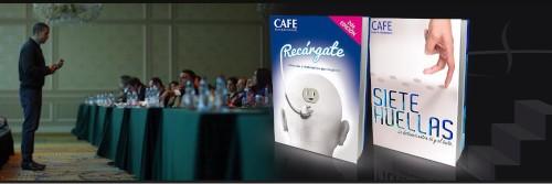 hombre de pie con mesas al frente y personas escuchando conferencista Carlos fernadez cafe libro siete huellas recargate