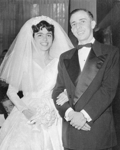 carolina y abraham krivoy mujer y hombre con vestido de novia antiguo y traje smokin elegante de la epoca antigua