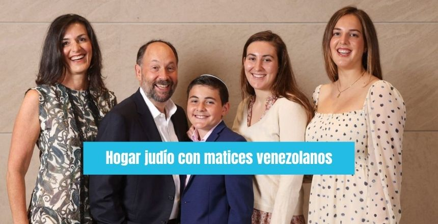 Grupo familiar padre, madre hijo, hijas hogar judio con matices venezolanos