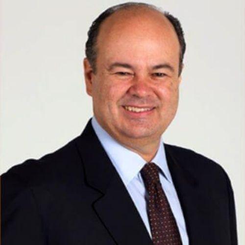 Hombre con trajeta negro corbata vinotinto luis vicente garcia conferencista