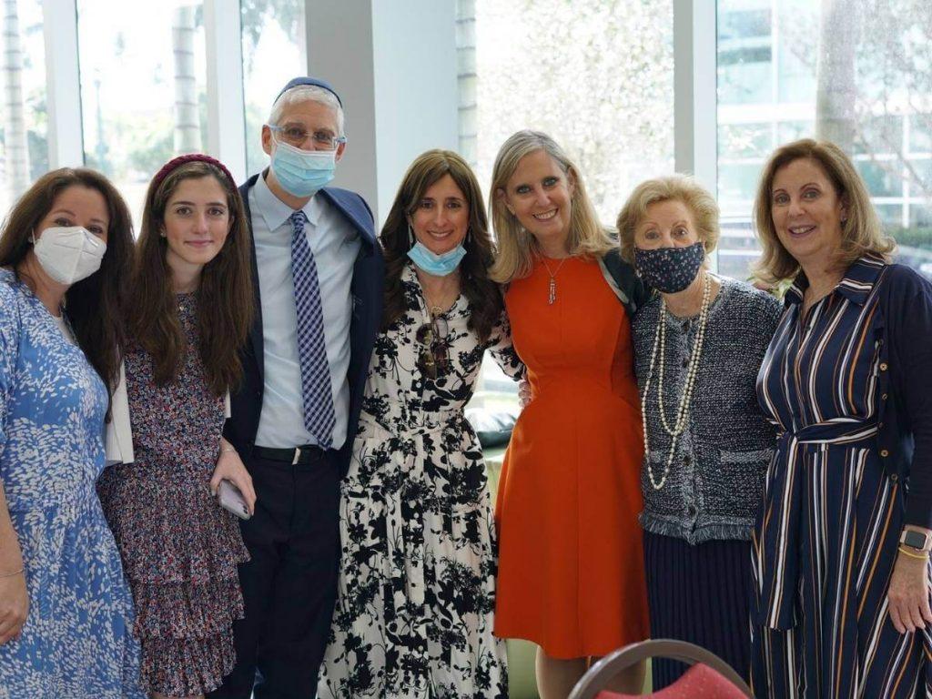grupo de mujeres de diferentes edades familiares de alex gutt Mamá, hermanas, hijas y sobrinas