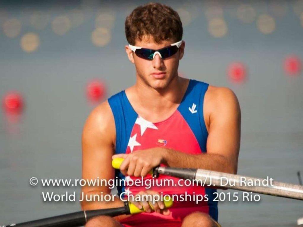 joven con lente oscuro en los ojos con uniforme de venezuela lleva un remo en las manos Ruben-Merenfeld Du Randt world junior championships 2015 rio