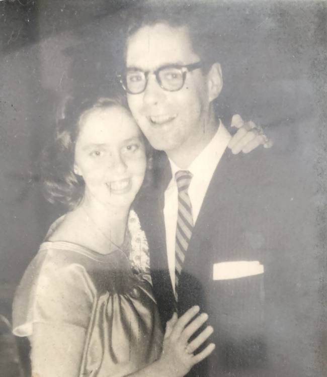 foto antigua de los padres de alex gutt hombre con traje al lado una mujer estan abrazados