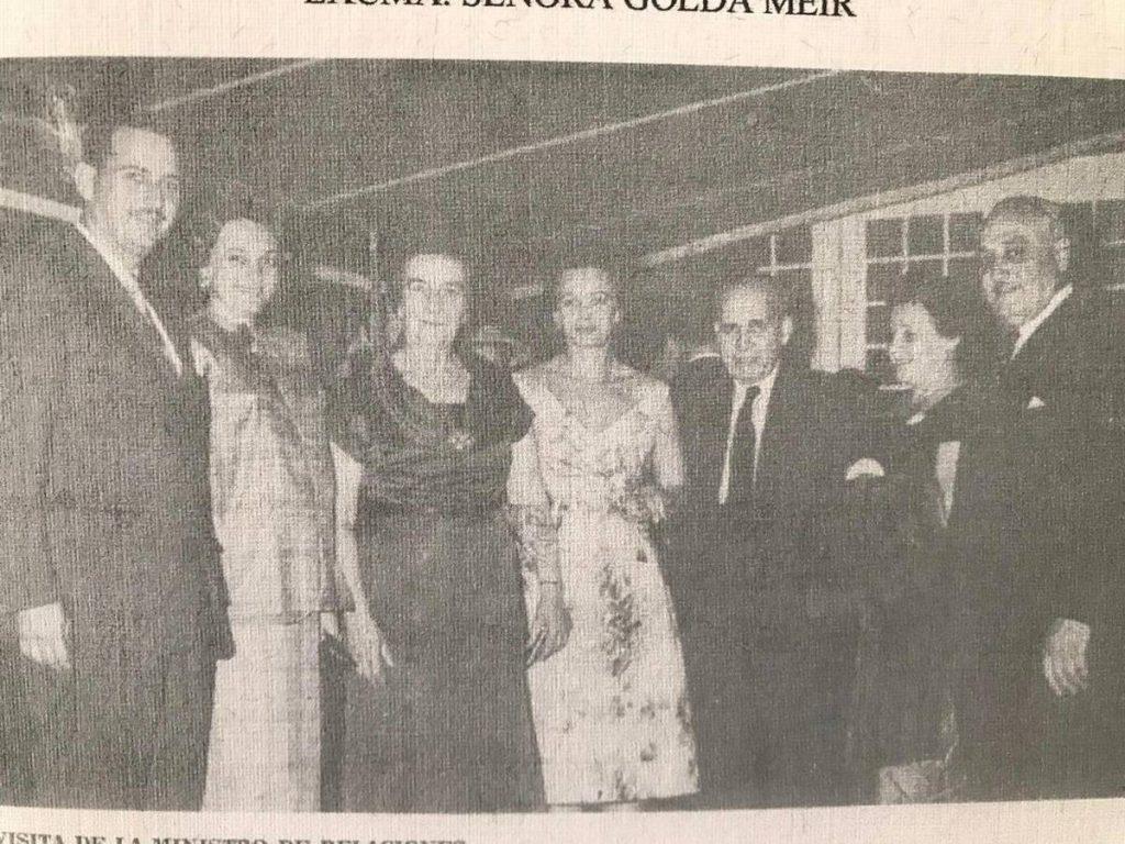 foto antigia de personas hombre y mujeres con trajes Ruben Merenfeld padre Lía Kohn de Merenfeld Golda Meir políticos venezolanos Dora Metch de Kohn Isack Kohn 1963 Caracas Venezuela