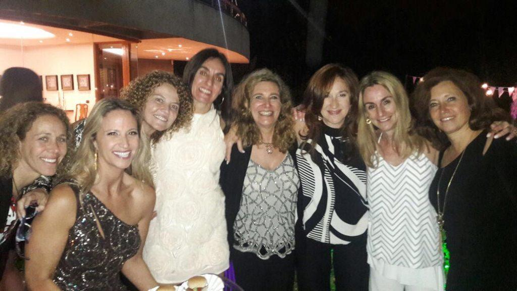grupo de mujeres abrazadas sonriendo viaje solo para mujeres