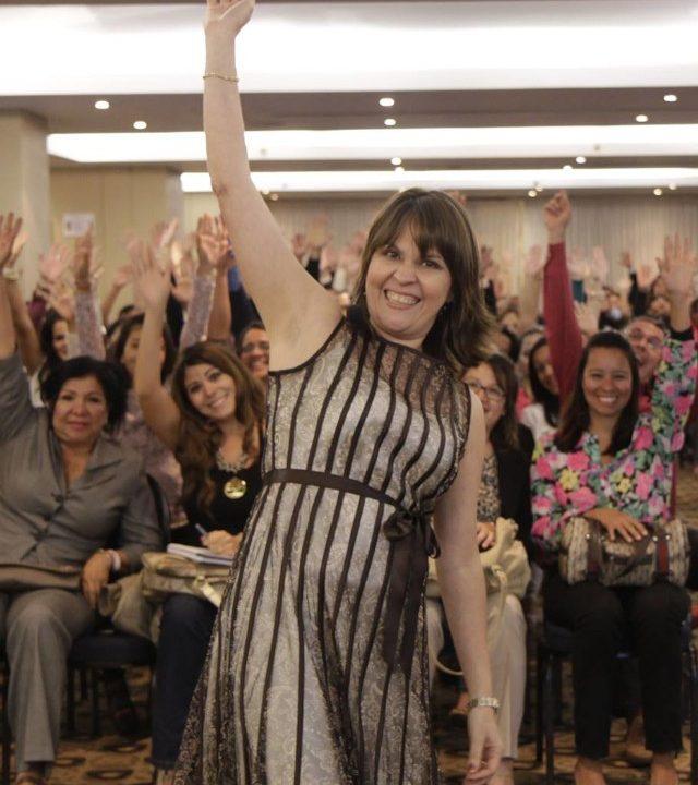 grupo de mujeres con el razo mevantada en un evento de make it happen